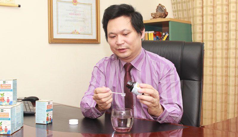 Tiến sĩ Lưu Hải Minh kiểm tra sản phẩm Liquid Nano Curcumin OIC. Ảnh: Nhạc Dương